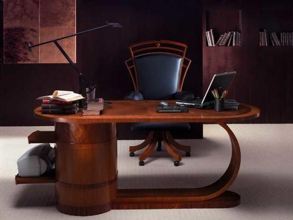 Необычной формы стол задает тон всему рабочему кабинету